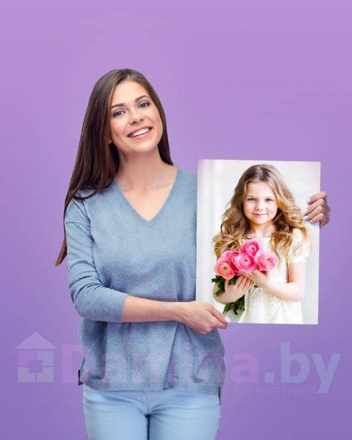 Девушка держит картину 30 на 40 см