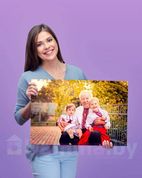 Девушка держит картину в руках 40 на 60 см