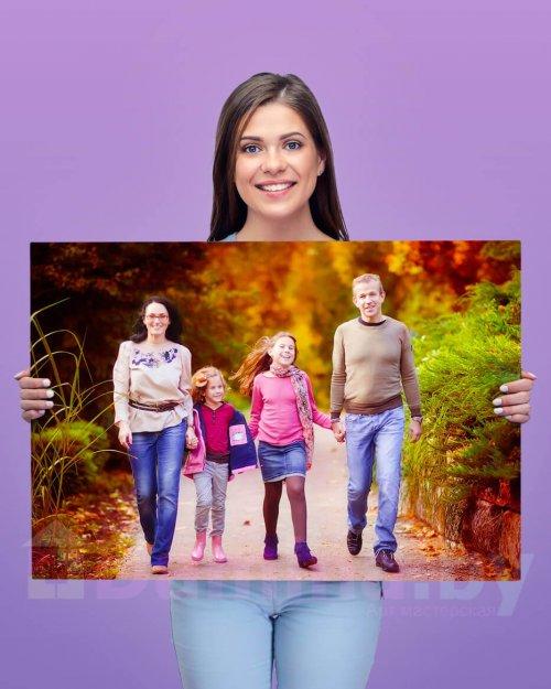 Девушка держит картину 55 на 80 см