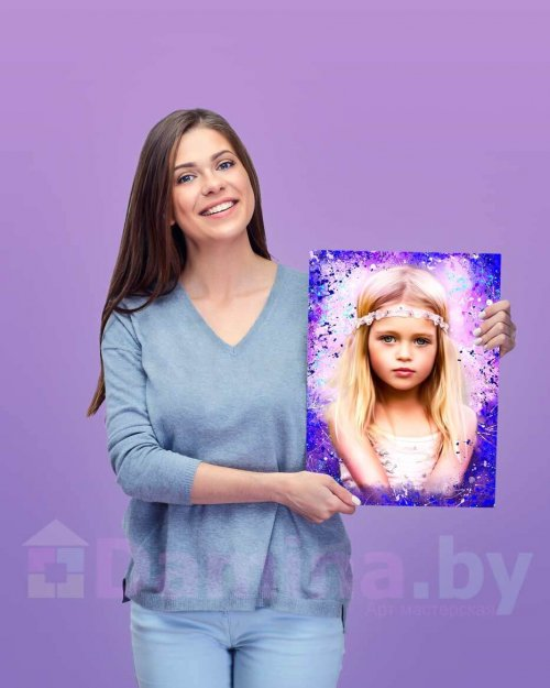 Девушка с портретом на холсте