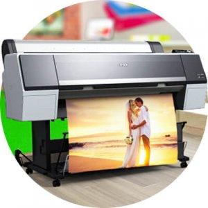 Принтер печатает на холсте